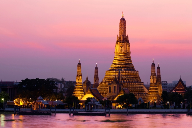 Wat_Arun_across_Chao_Phraya_River_during_sunset