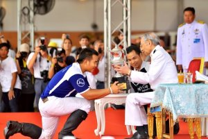 King Power receives trophy from H E  Admiral Mom Luang Usni Pramoj low res (2)