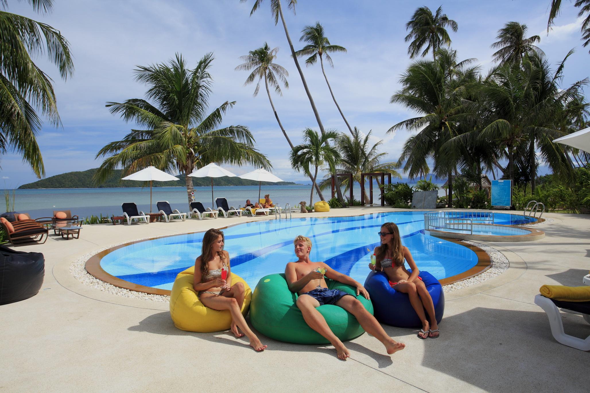 Centra Coconut Beach Resort Samui - Beachfront pool