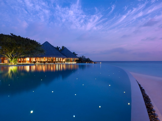 Infinity-Pool-at-Dusit-Thani-Maldives-hi