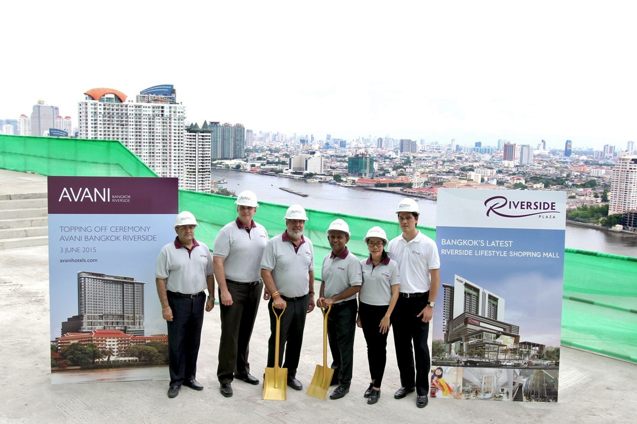 AVANI Bangkok Riverside Topping Off - executives with river view low res-1